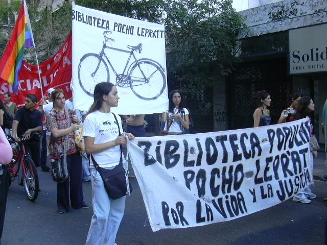 Los jóvenes de la biblioteca en una marcha, allá por el 2005.