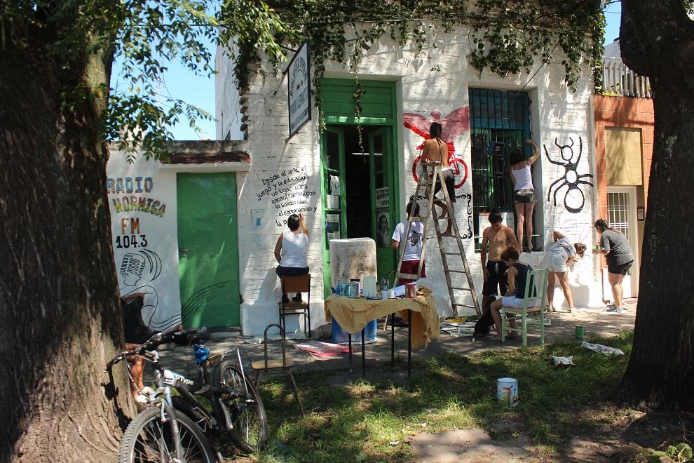 Un grupo de jóvenes pintando la fachada de la biblioteca, en 2015.