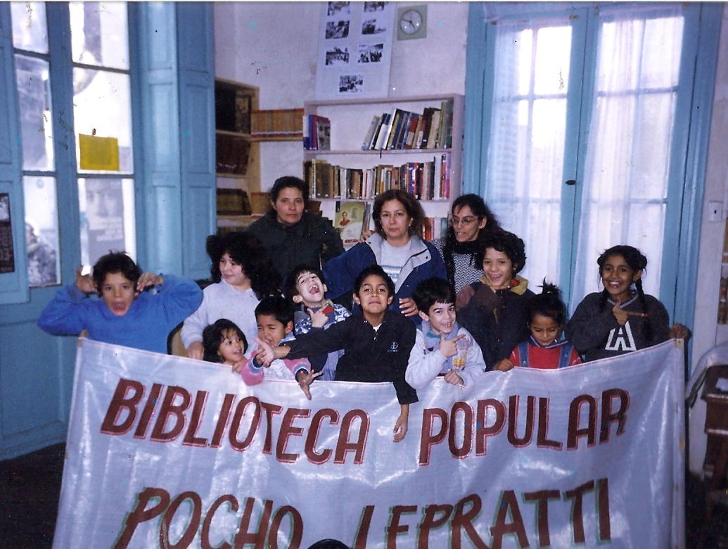 El primer grupo de chicos de la nueva biblioteca en el 2002.