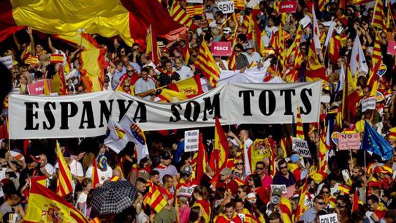 """Con carteles de """"Basta"""" y """"España somos todos"""" salieron a la calle en Barcelona"""