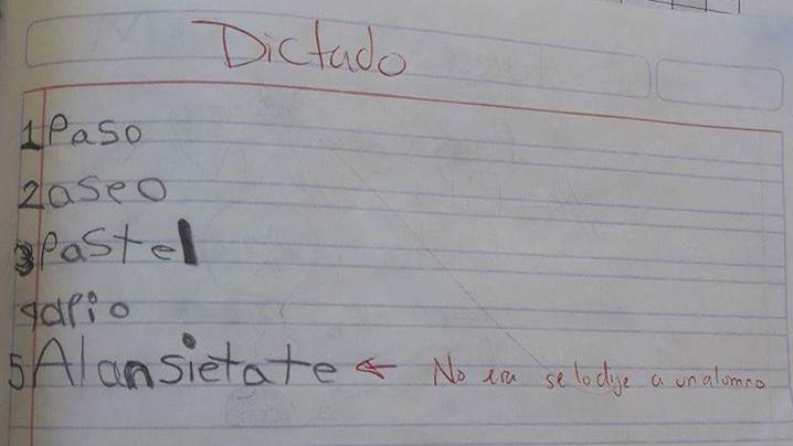 El niño se tomó el dictado de su profesor muy en serio