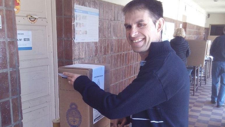 El candidato oficialista, Mauricio Plancich, en la Escuela Aristóbulo.