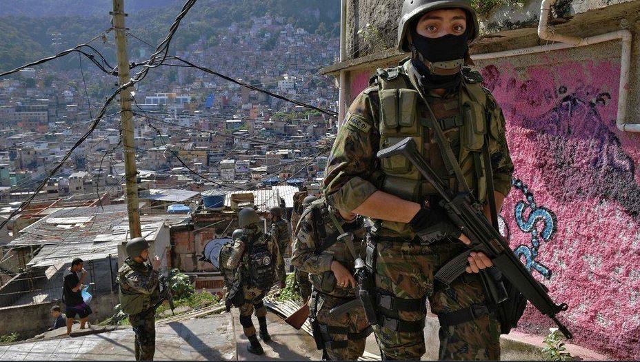 Hay turistas ricos que pagan para poder presenciar tiroteos en la favela.