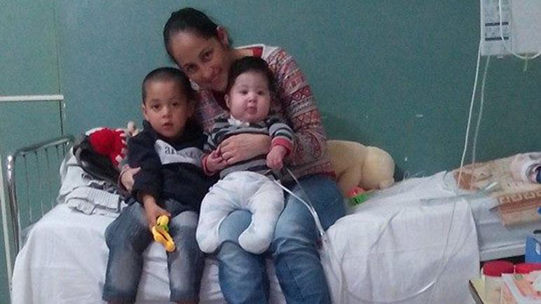 Soledad Argüello junto a su hijo Bruno y su hermano mayor.