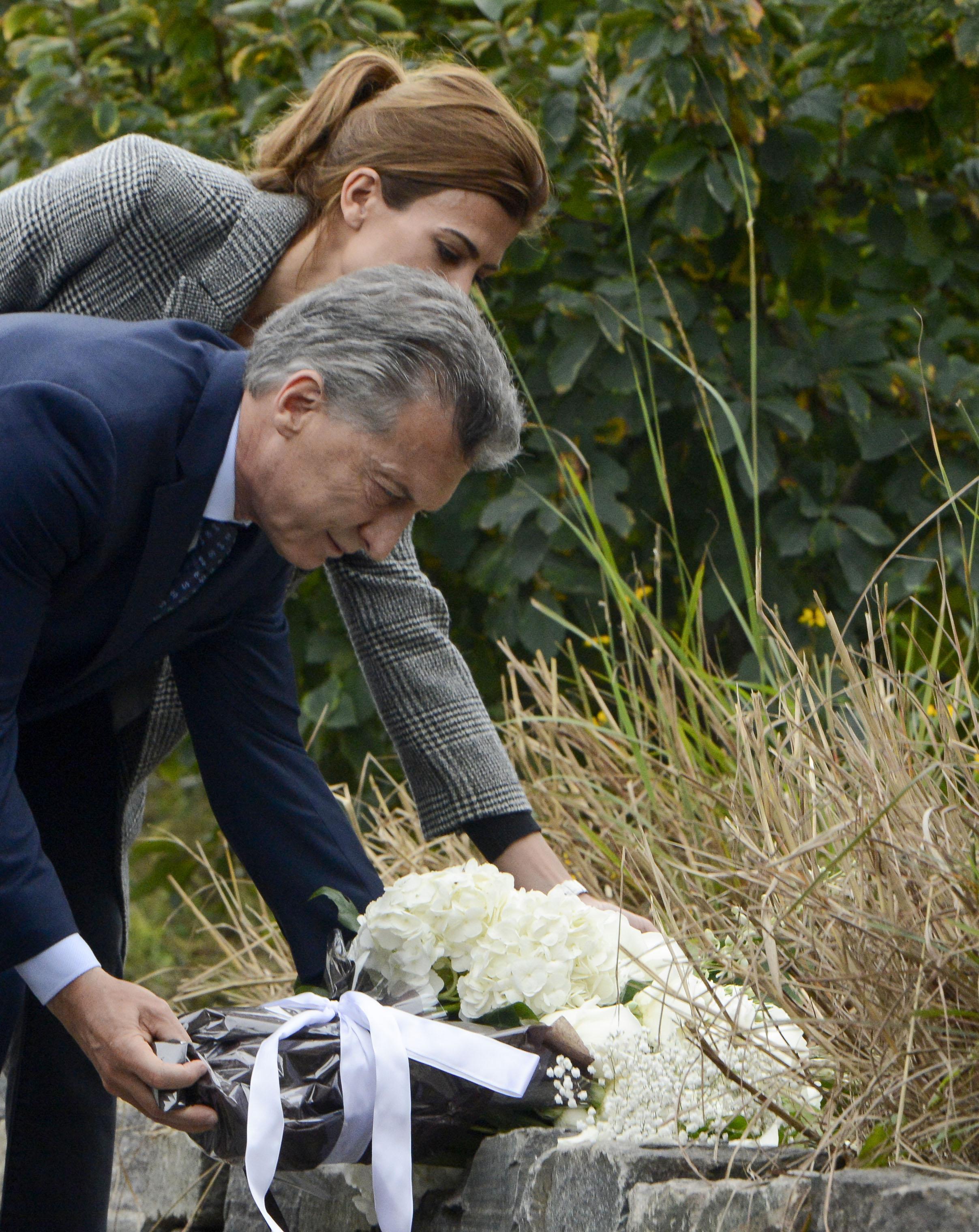 El presidente, Mauricio Macri, junto a la primera dama, Juliana Awada,colocan una ofrenda floral, en el lugar del atentado terrorista (Télam)