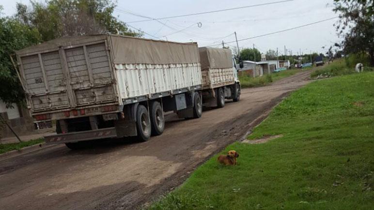 Un camión transitando por Saavedra al 2600, por donde no debería hacerlo.