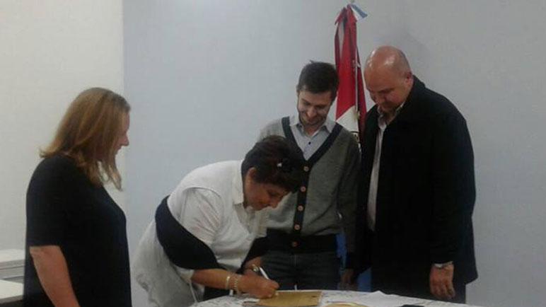 Firma y entrega de dinero para la Escuela Bernardino Rivadavia.