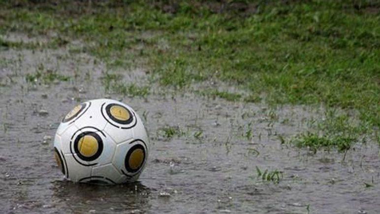 La pelota quedó rodeada de agua en los campos de juego de la región.