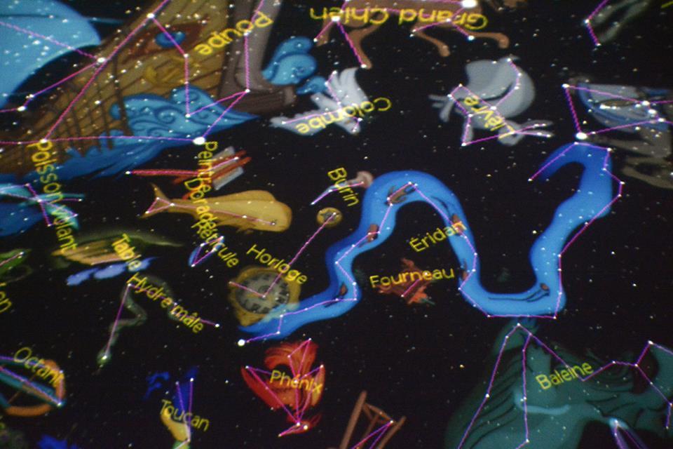 Un holograma de las estrellas y los personajes mitológicos en una función.
