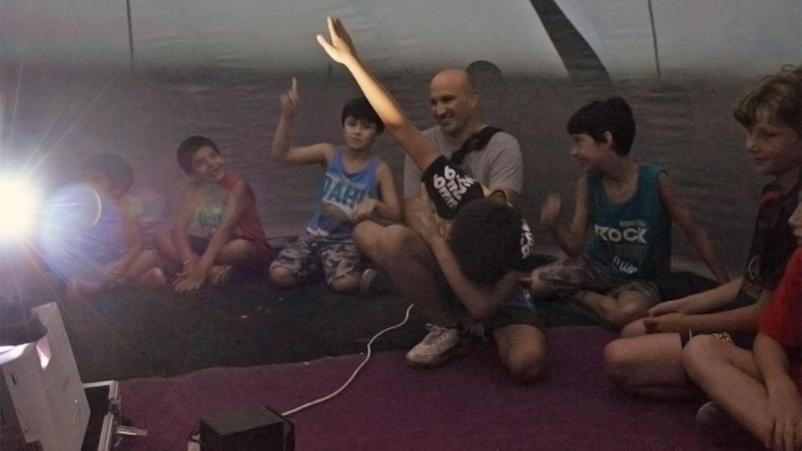 Un grupo de chicos disfrutando de una de las presentaciones del Planetario a fin de año.