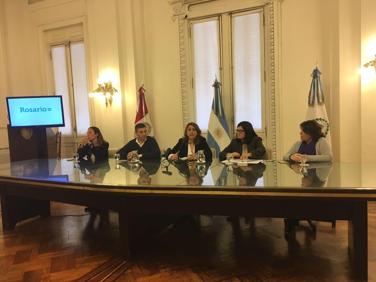 La intendenta Fein y su equipo, en el anuncio de las nuevas concesionarias del TUP. (Prensa MR