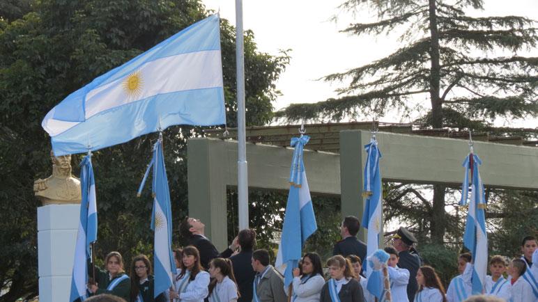 Juan Sarasola izando la bandera nacional.