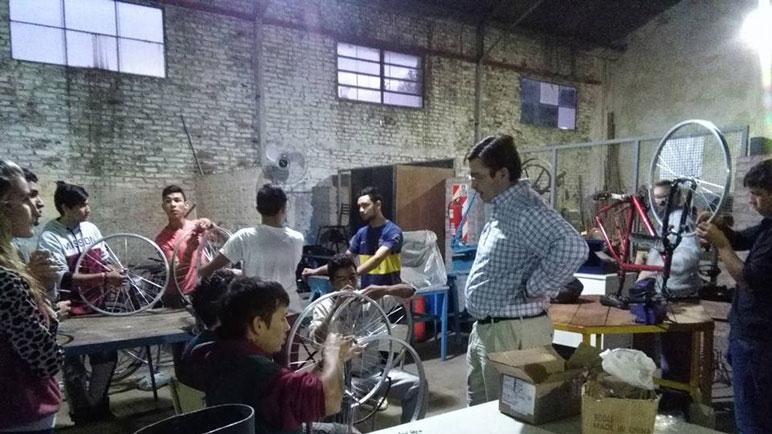 El intendente Sarasola visitó a los chicos del taller de bicicletería.