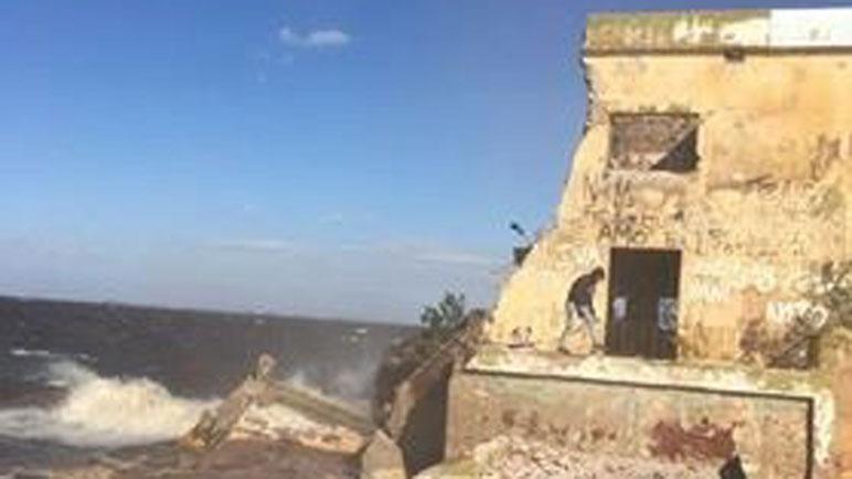 Una parte del viejo hotel de Melincué se derrumbó a causa del viento.