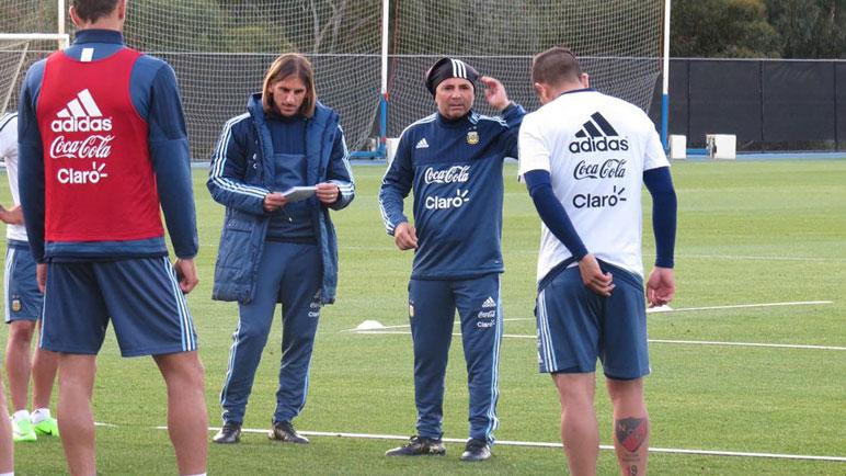 Sampaoli, junto a Beccacece, le habla a Guzmán y Banega.