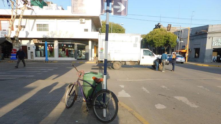 La bicicleta y el camión involucrados. La policía recolectó pruebas.