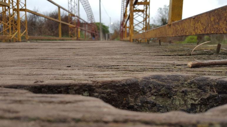 Visibles huecos en el puente de Lavalle y Rioja.