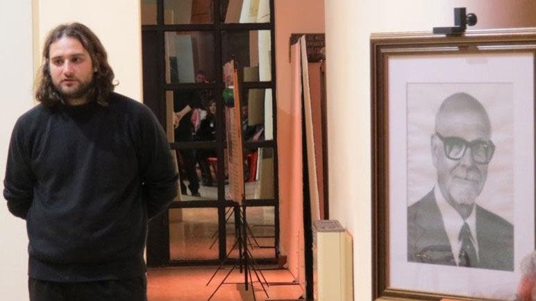 Federico Antoniasi junto a la imagen de Don Santos Tosticarelli.