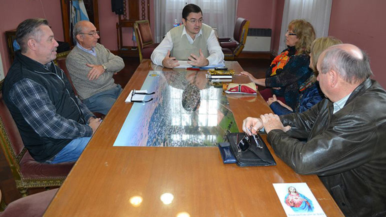 Juan Sarasola reunido con los integrantes de la comisión de la biblioteca.