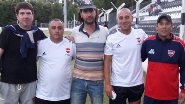 Daniel Frattini junto a su cuerpo técnico. Quieren revancha en el Clausura.
