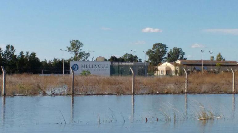 El agua que ingresó al pueblo hace días viene bajando en Melincué.