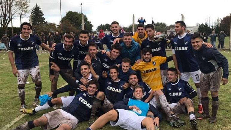 Embarrados pero felices. El plantel del Belgrano festeja el triunfo por penales.