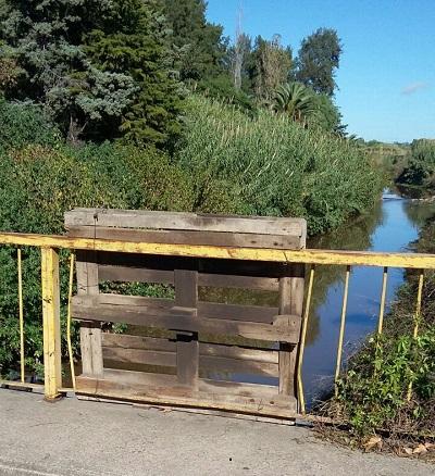 El pallet de madera es historia. El puente fue soldado.