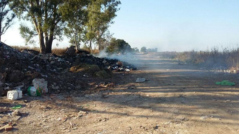 La basura invade los caminos rurales que van hacia Carcarañá.