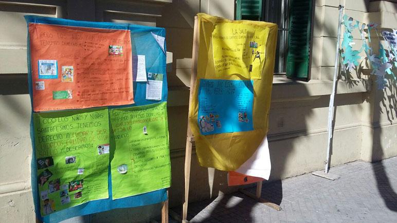 Las pancartas en las afueras de la Escuela Normal.