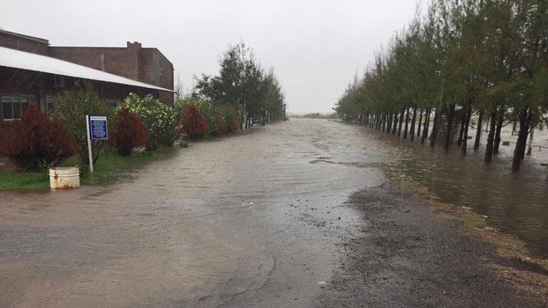 El avance de las aguas de la laguna Melincué preocupa a los lugareños.