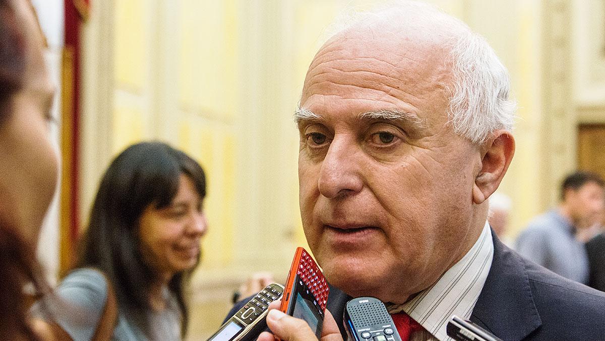El gobernador tuvo que desmentir a su vice por el monto del bono a estatales