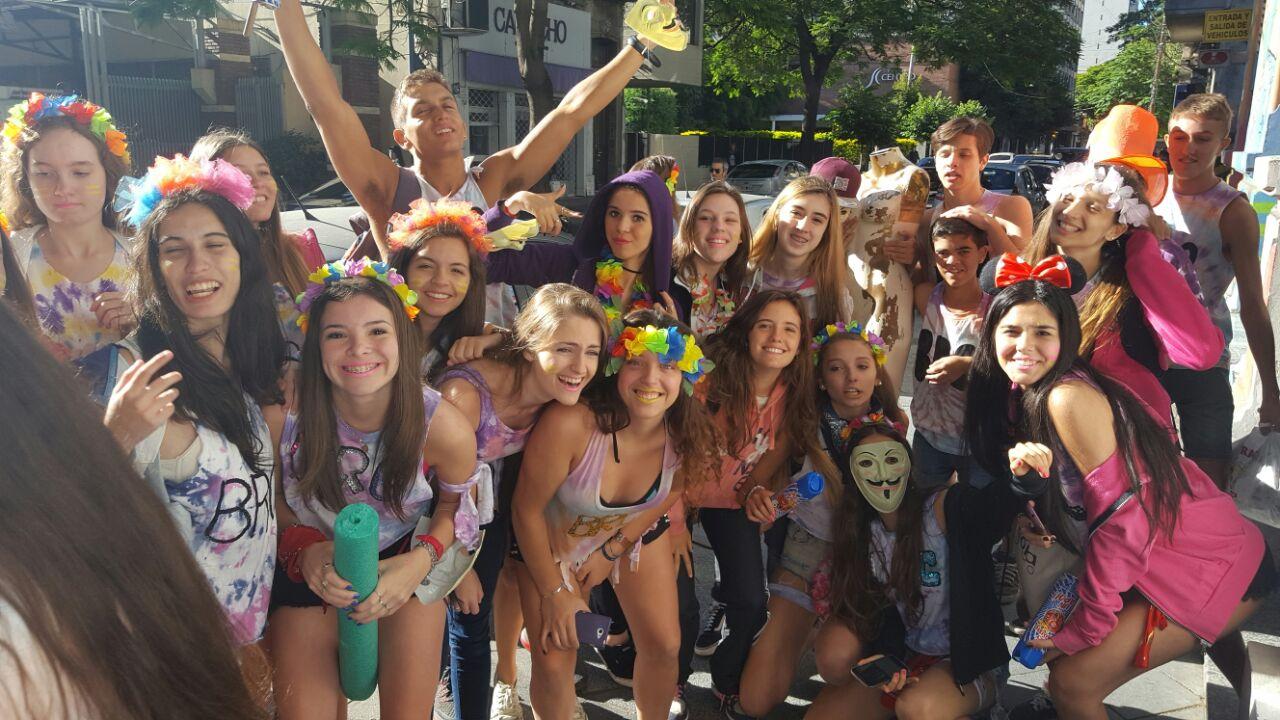 Alumnos de Adoratrices pasaron por la puerta de Rosarioplus.com