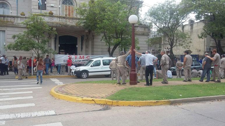 Los trabajadores municipales tuvieron otro desencuentro con Sarasola.