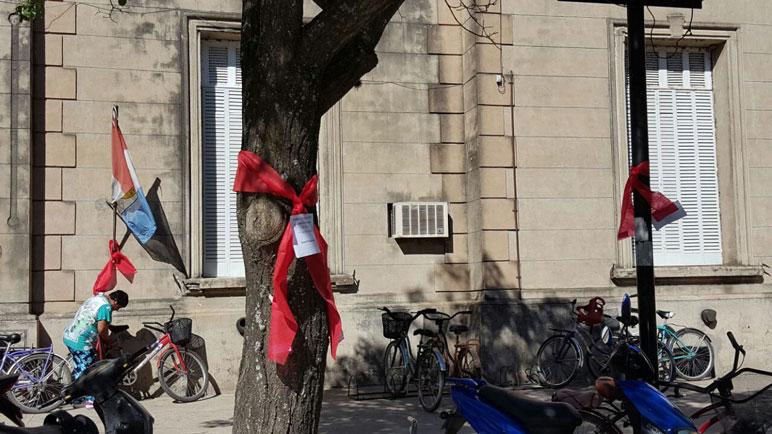 Colocaron cintas rojas frente al hospital San Carlos.