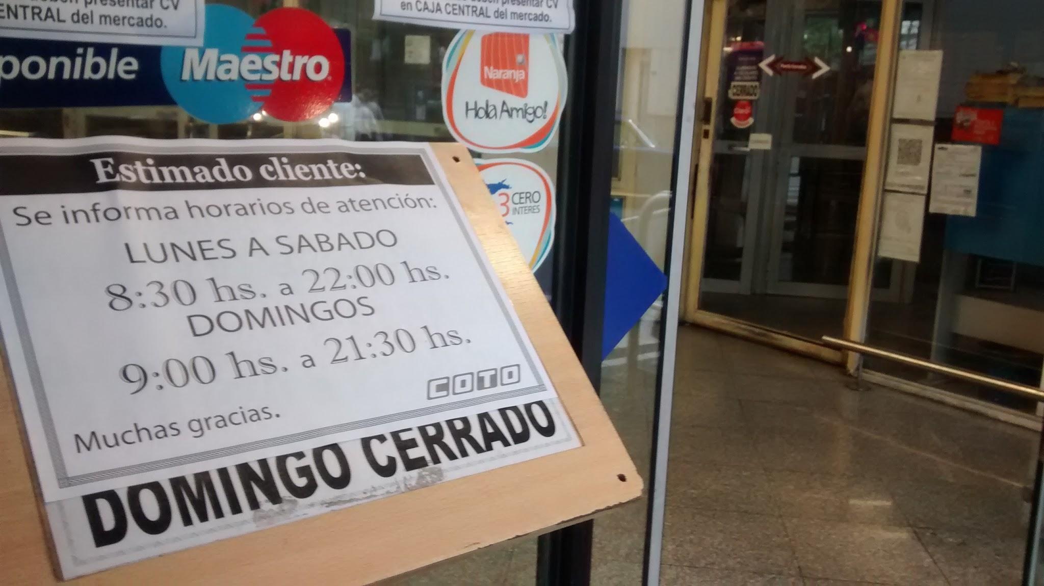 Una de las postales del día. Sobre el cartel que especificaba que el domingo se encontraba cerrado, ahora está el nuevo horario de apertura. (Foto: Rosarioplus)