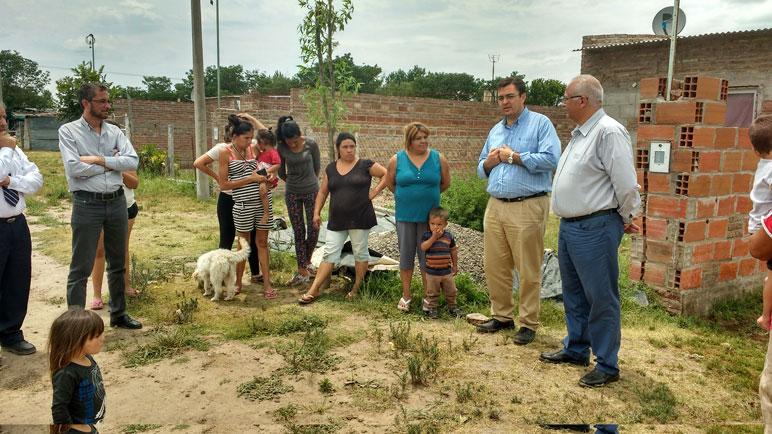 Autoridades municipales y de Aguas junto a vecinos del barrio.