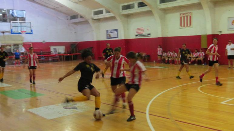 Las chicas pelearon por cada balón en el gimnasio del Alazán.