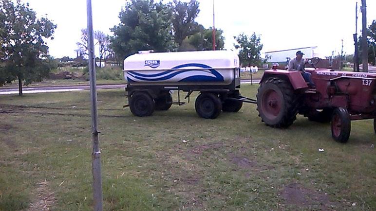 El camión cisterna de Aguas asiste a Nueva Roma, en Casilda.