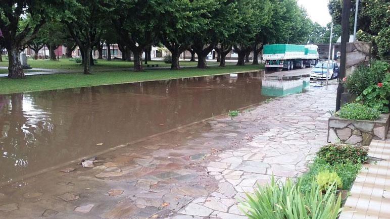 El agua rodea la plaza de Sanford.