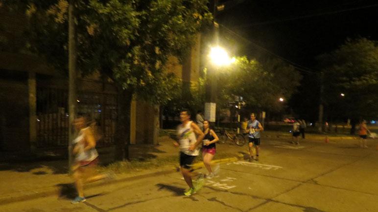 Corredores en la esquina de Lisandro de la Torre y 25 de Mayo.