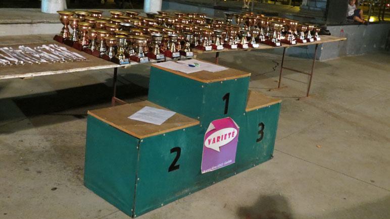 El podio, los trofeos y las medallas para cada uno de los participantes.