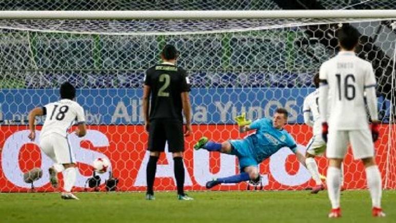 El balón a un lado, Armani al otro. Nacional se quedó sin final en Japón.