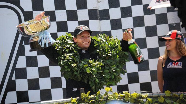 Joaquín Telo, el campeón con copa en mano.