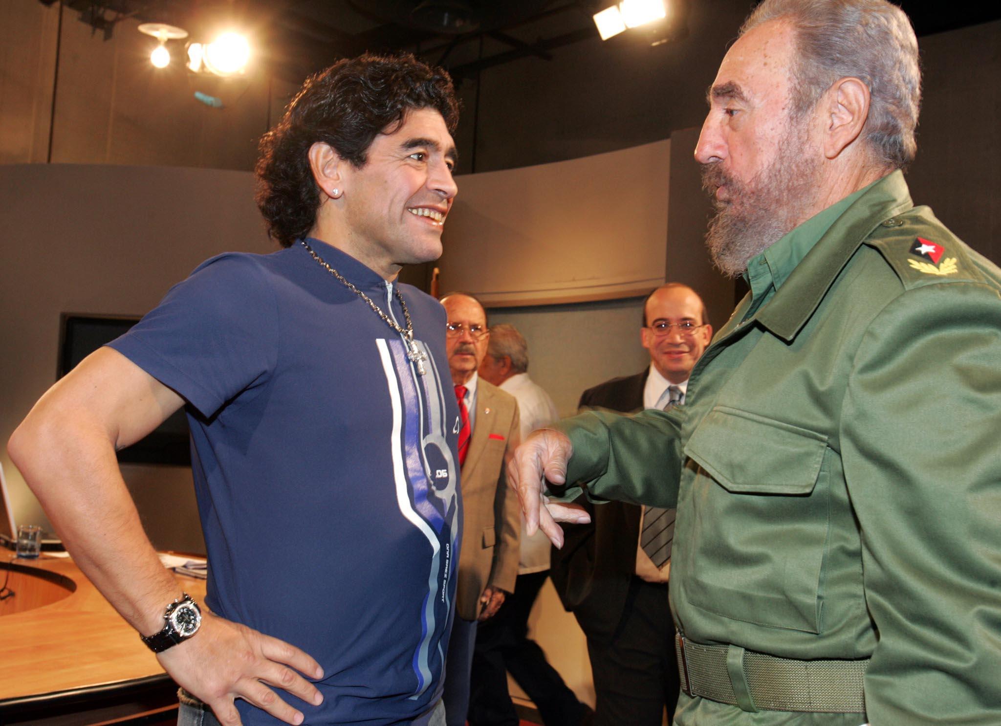 Uno de los tantos encuentros de Maradona con Fidel (EFE)
