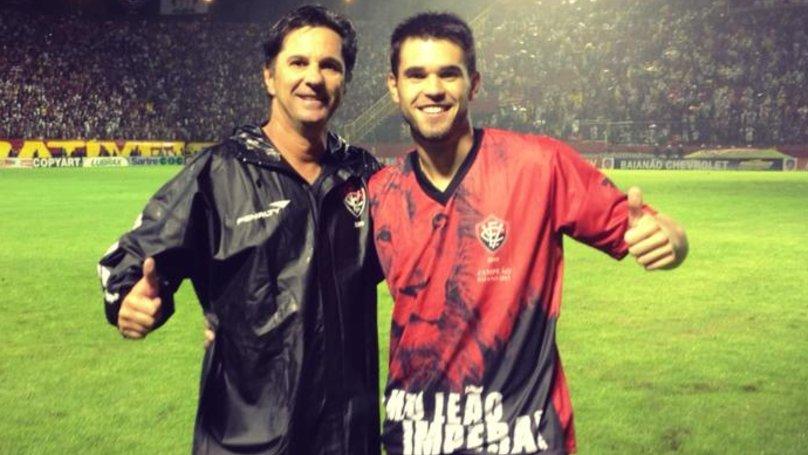 El fallecido DT del Chapecoense en una vieja foto con su hijo Matheus (Twitter)