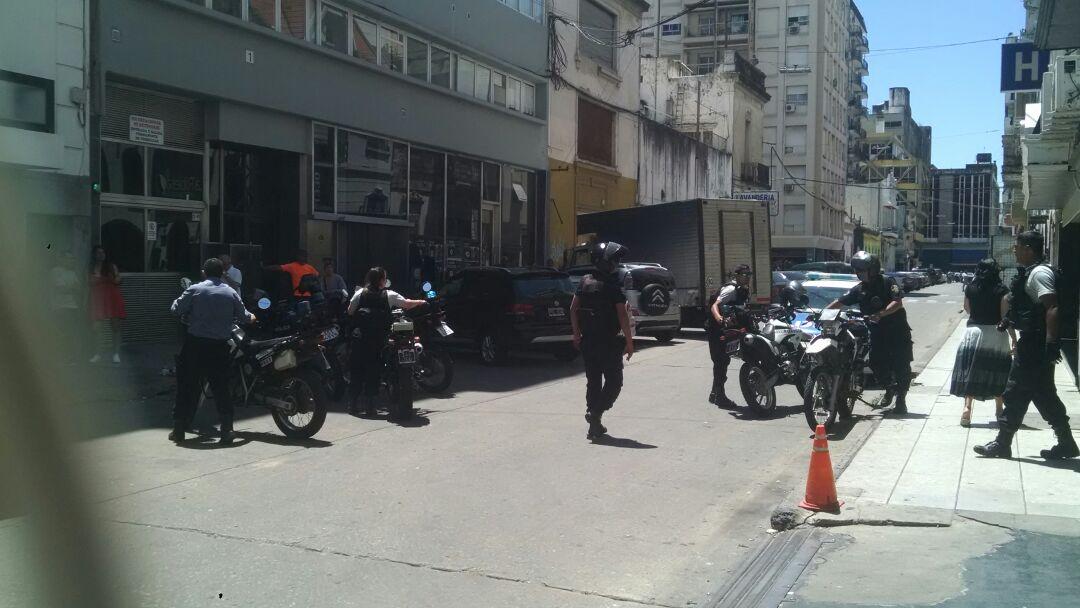 Alrededor de 15 efectivos policiales custodiaban la Dirección de Niñez.