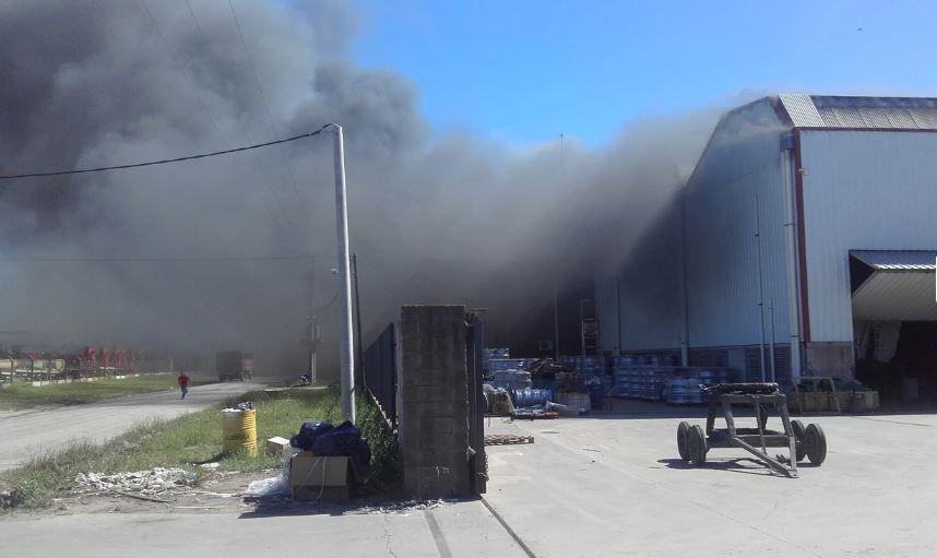 Al momento del incendio había 80 operarios que pudieron evacuar, uno de ellos perdió la vida (Foto: Radio las Rosas)