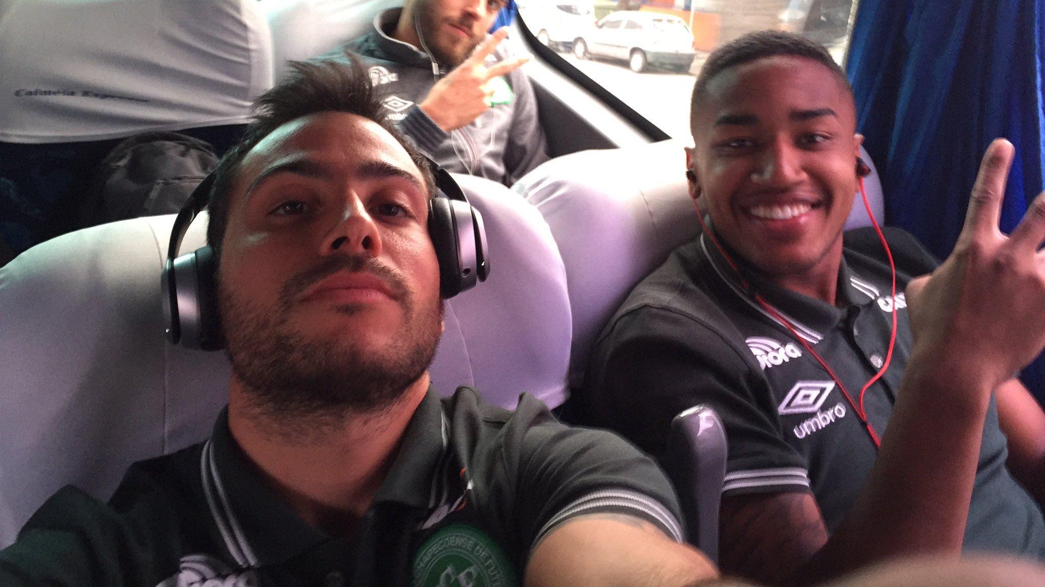 Martinuccio con un compañero, en un viaje anterior con su equipo.
