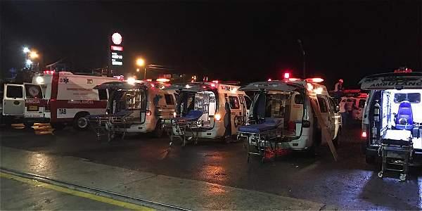 Ambulancias alistadas en el aeropuerto de Medellín.