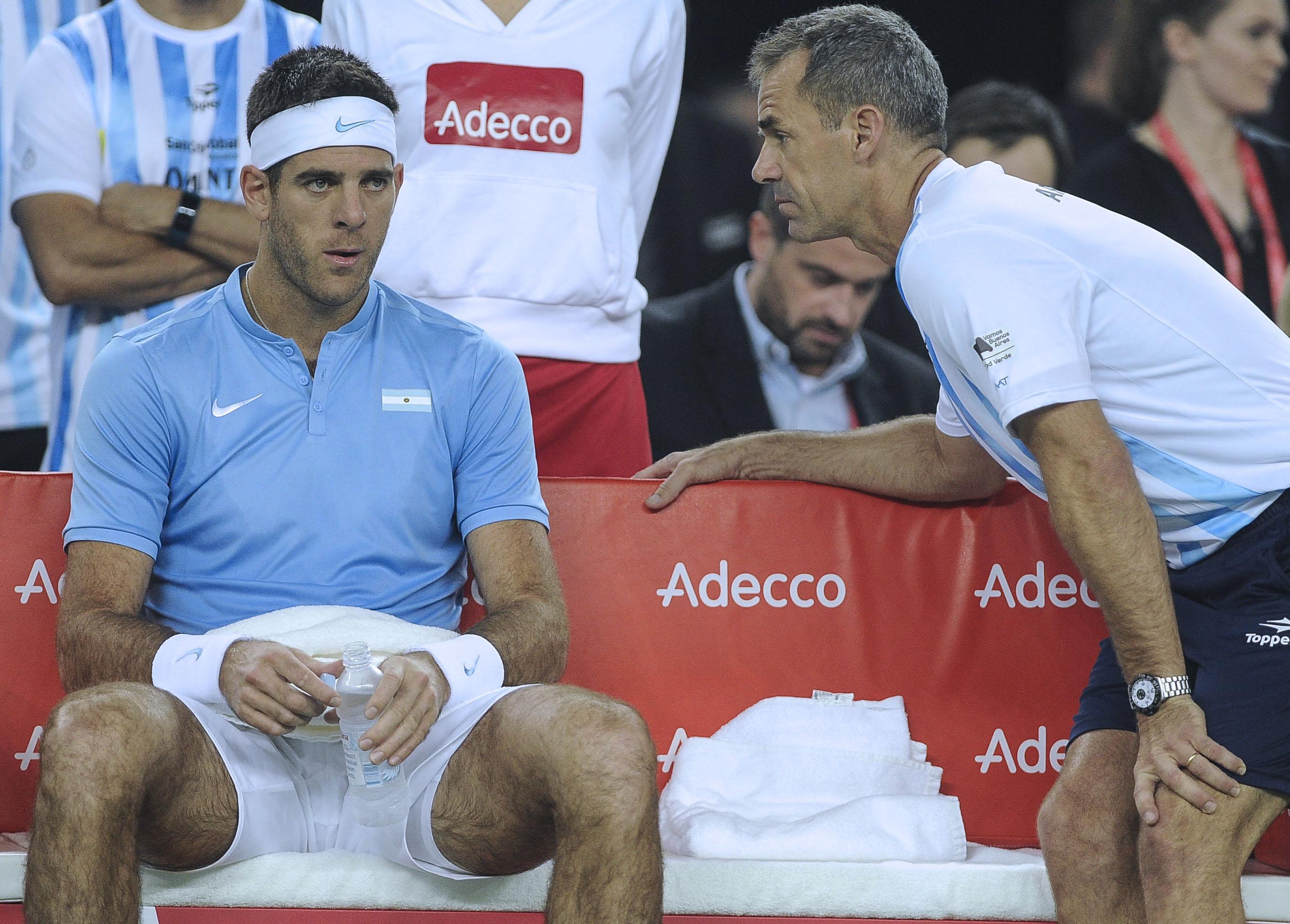 El tenista argentino descansando tras un peleado segundo set.